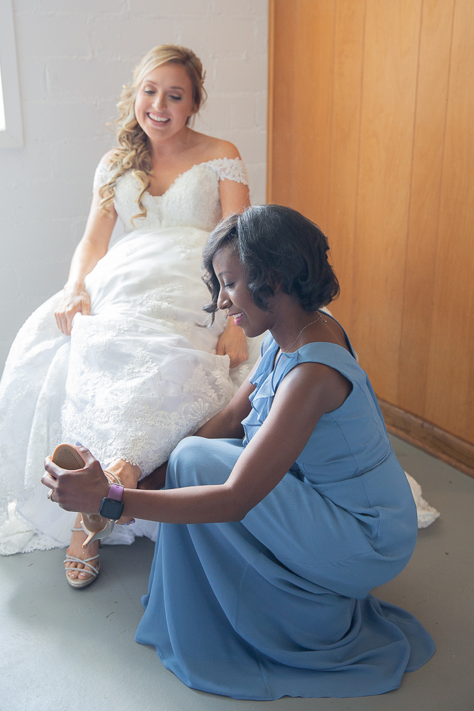 Annie Elise Photography | Bride getting ready